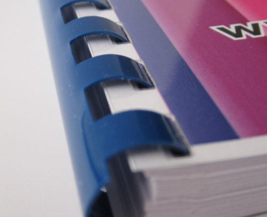 brochures anneaux plastiques close up