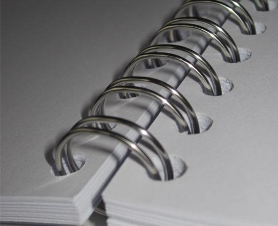 brochures spirales anneaux métalliques ouvert close up